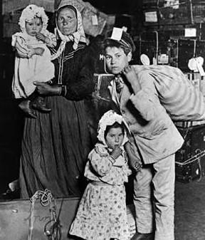 Questa giovane mamma italiana va a fare la spesa in negozio e si prova alcuni vestiti ma poi non resiste e si mette il suo vibratore nel culo - 2 3